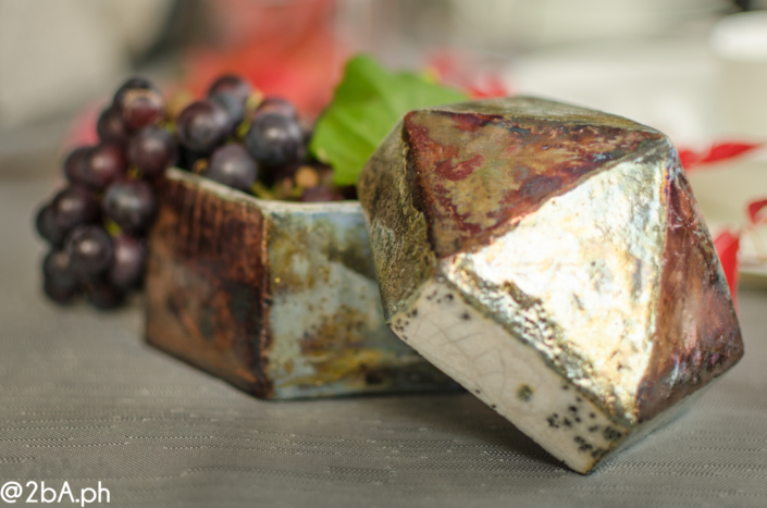 vaso raku con uva fotografia stillife