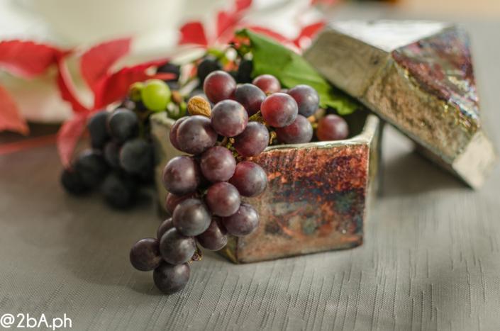 vaso raku con uva fotografia natura morta