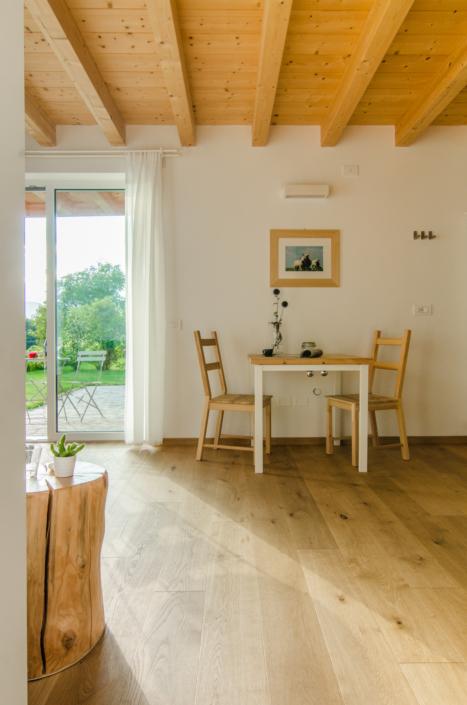 tavolo co finestra su giardino bianco e legno stile chalet