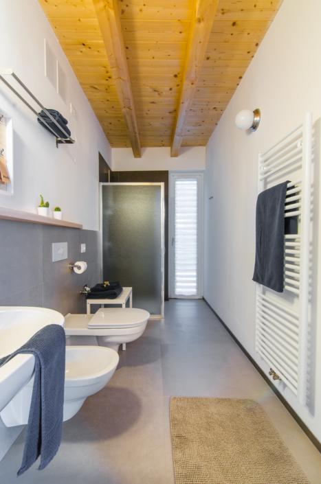 bagno moderno grigio e legno