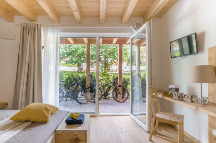 stanza in legno con patio e biciclette
