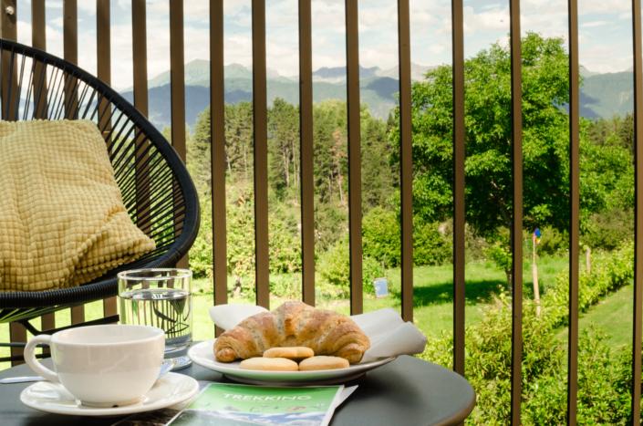 colazione in balcone vista montagne
