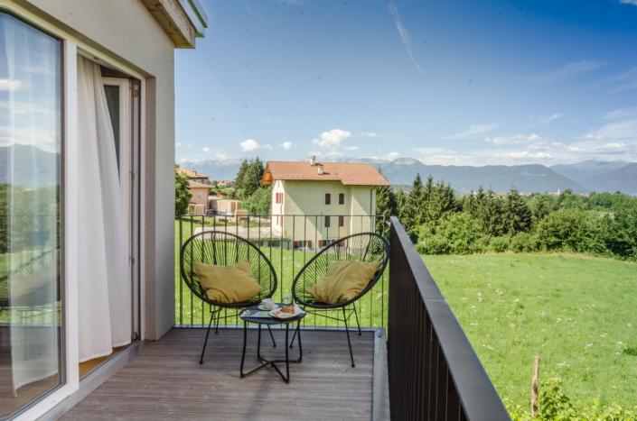 sedie su terrazzo vista montagna