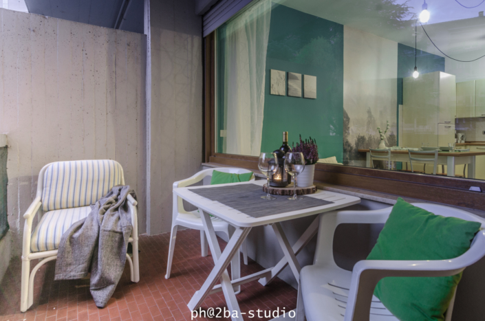balcone tavolo sedie bianco apparecchiato