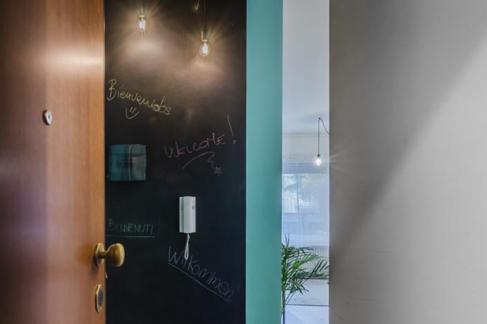 ingresso airbnb con muro lavagna