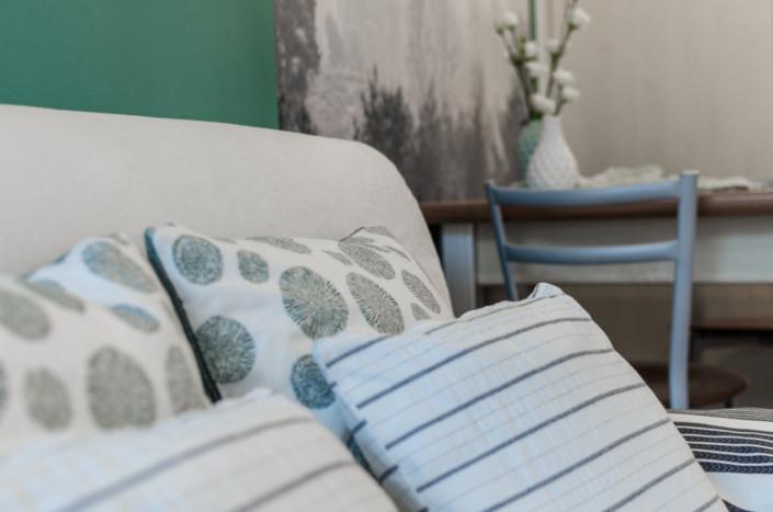 dettaglio emozionale cuscini e tavolo