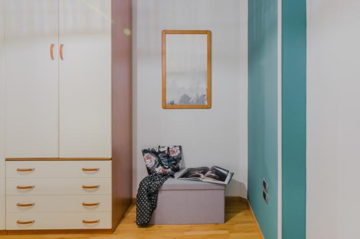 specchio panca armadio airbnb