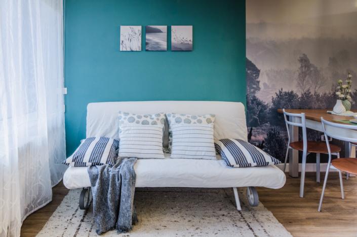 divano plaid cuscini homestaging per affitti brevi