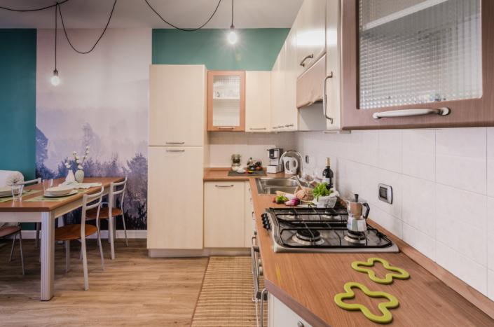 cucina anni 90 muro verde lampadario airbnb