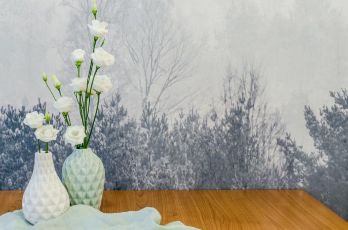 tavolo con vasi e carta da parati bosco