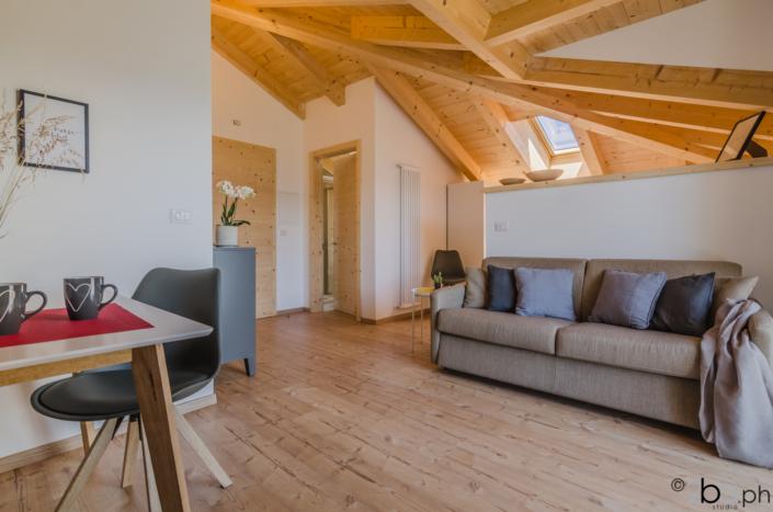 casa di montagna legno mansarda vacanza affitti brevi monolocale divano