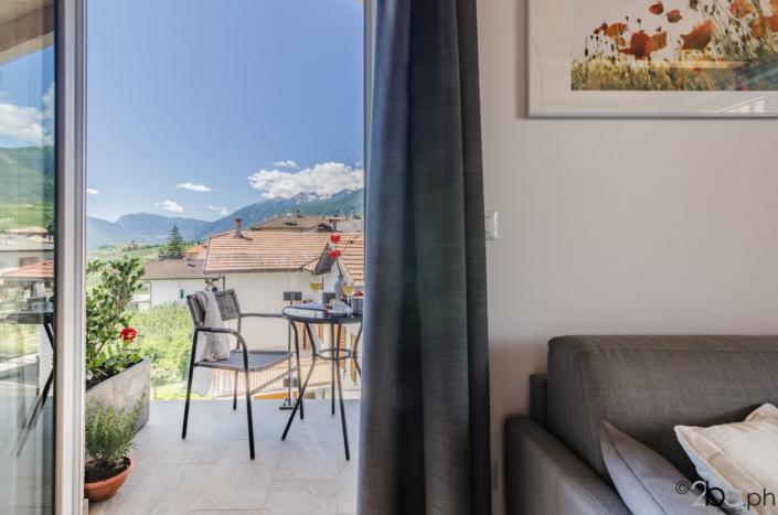 soggiorno con balcone vista montagne valle di non