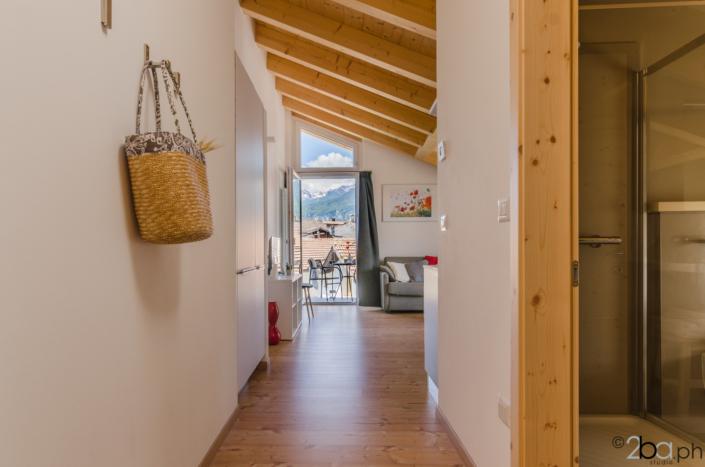 casa di montagna legno mansarda vacanza affitti brevi corridoio