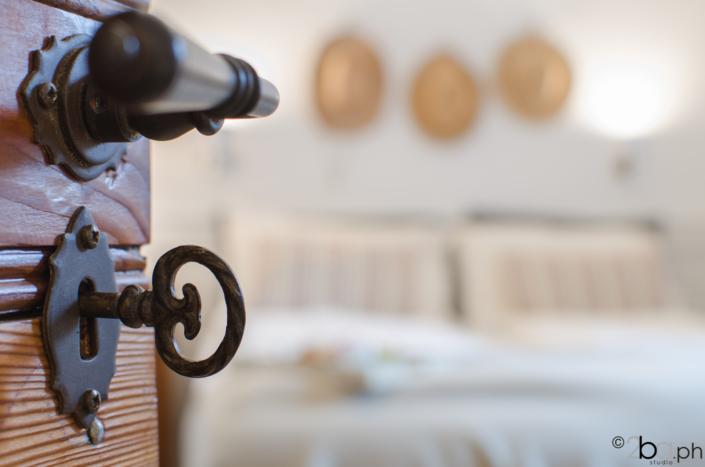 porta legno antica chiave stanza casa vacanze campagna